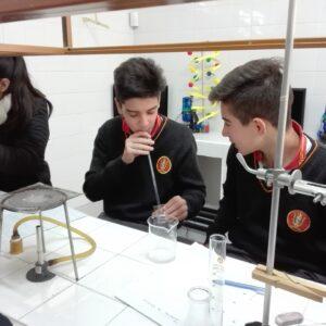 Alumnos de 2º año experimentando en clases de química